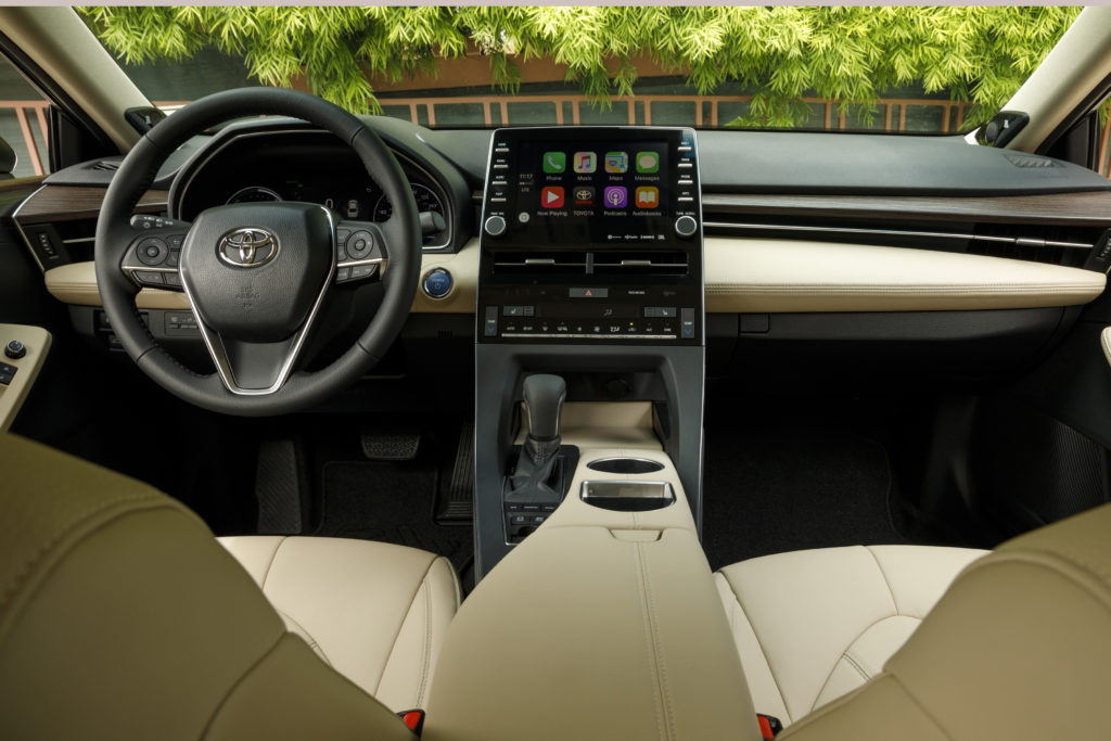 Toyota Updated The 2019 Avalon Hybird S Interior To Emphasize Technology And Luxury But Didn T Go Full Tesla Leaving Functioning Switches For